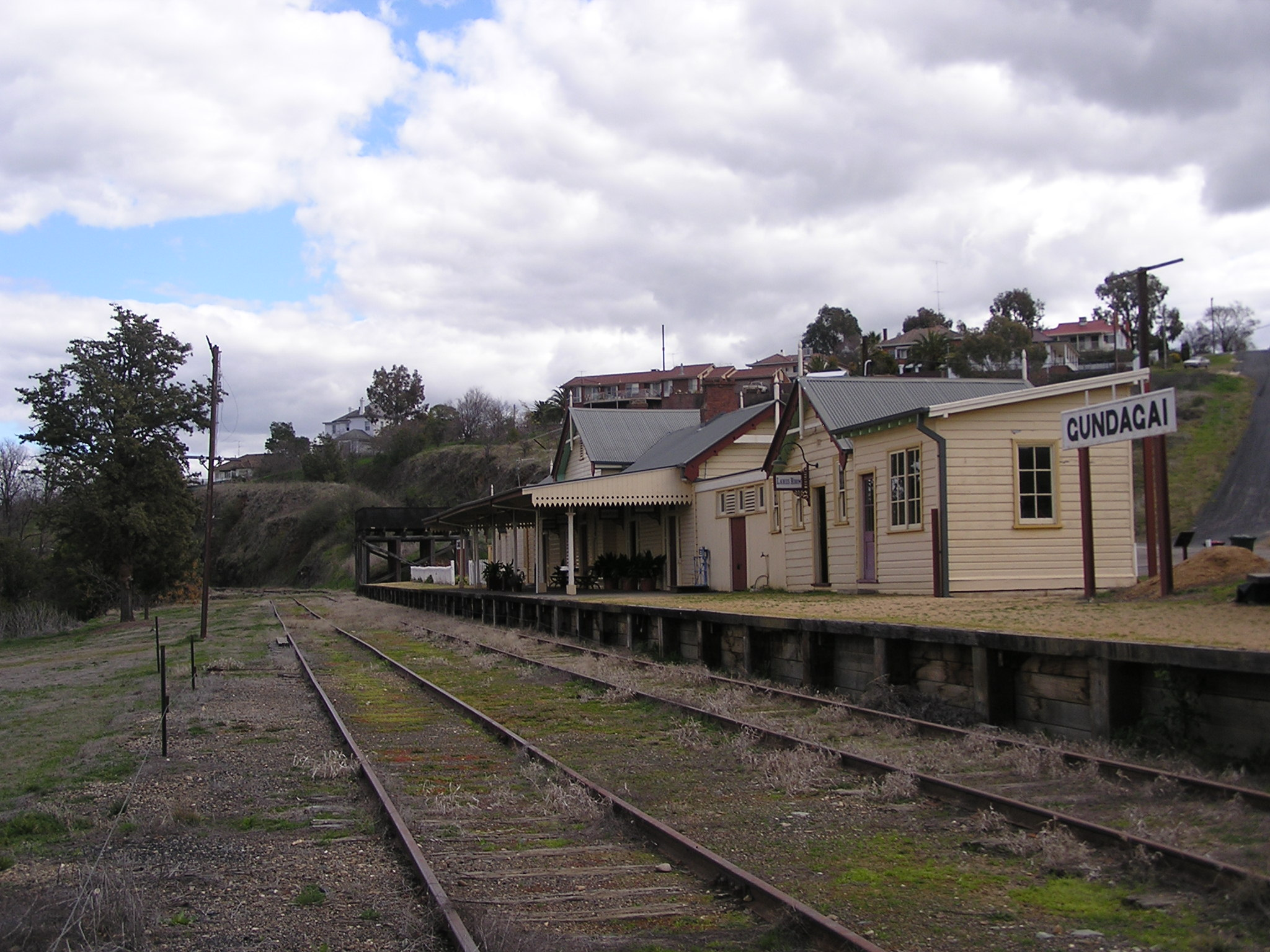 Gundagai Australia  city images : Gundagai railway station 2006 Wikipedia, the free ...