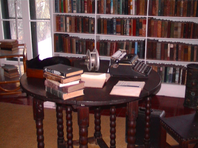 Hemingway's_writing_desk_in_Key_West.jpg (640×480)