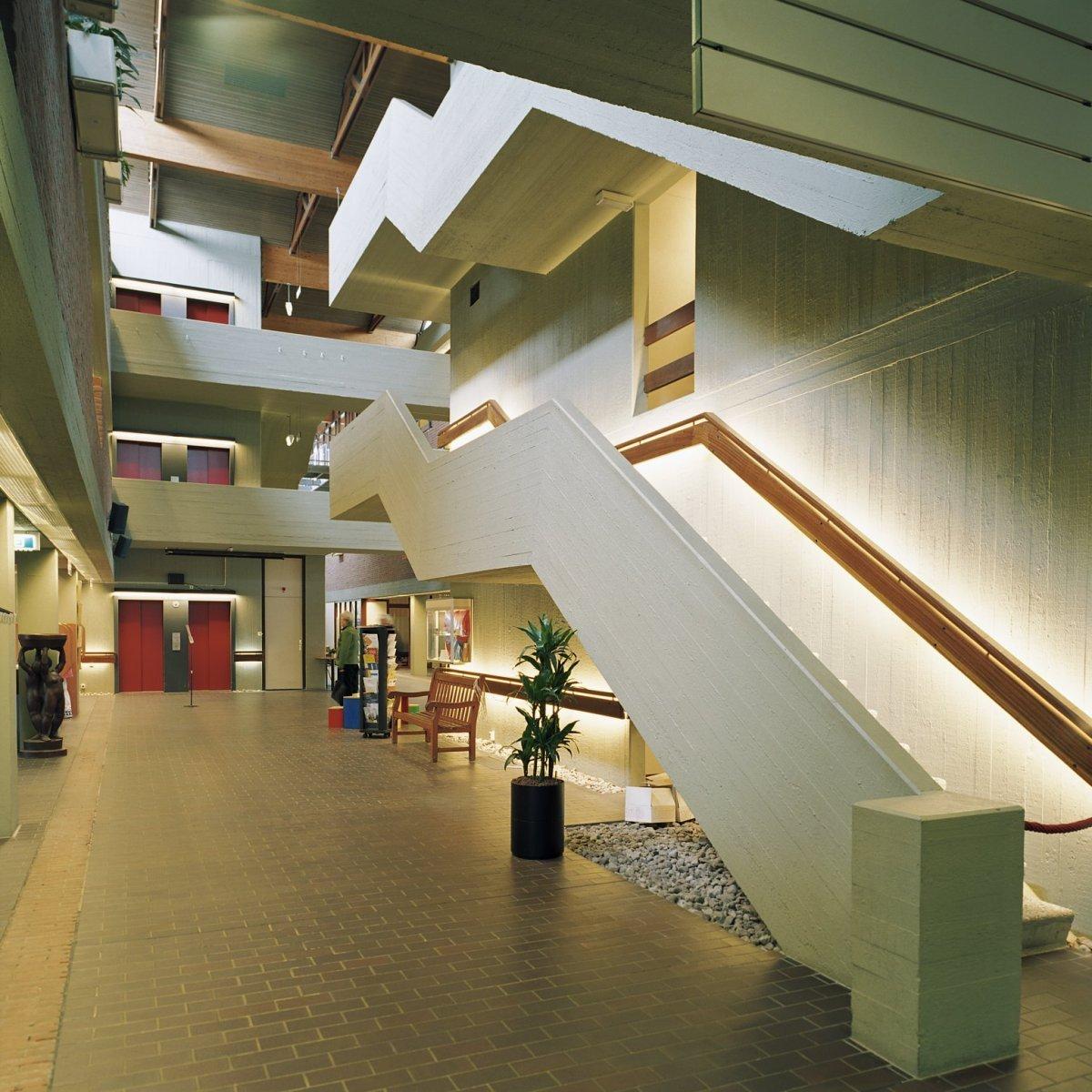 File:Interieur, overzicht van de centrale hal met de trap naar de ...