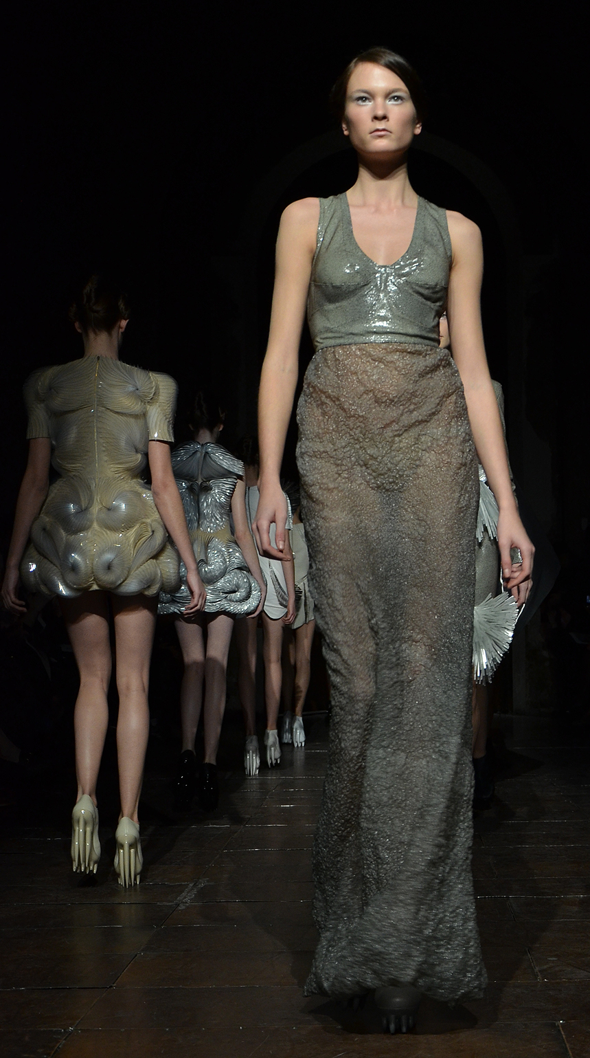 File iris van herpen haute couture spring summer 2012 3 for The history of haute couture