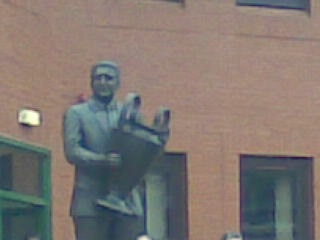 Statue de Jock Stein portant la Coupe d'Europe.