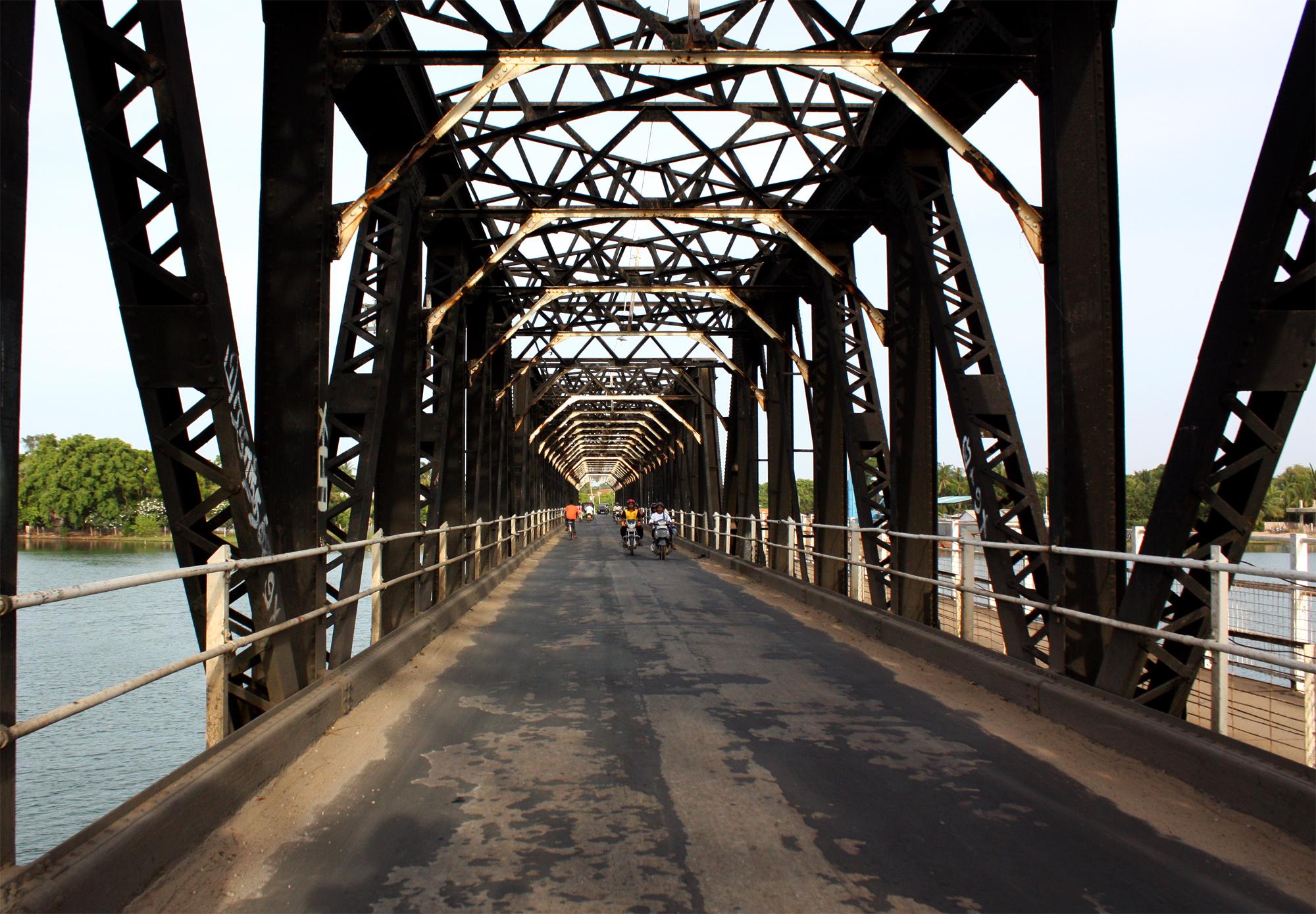 இலங்கையில் ஒரு சுற்றுலா (படங்கள்) - Page 3 Kallady_Bridge,_Batticaloa_(inside_view)