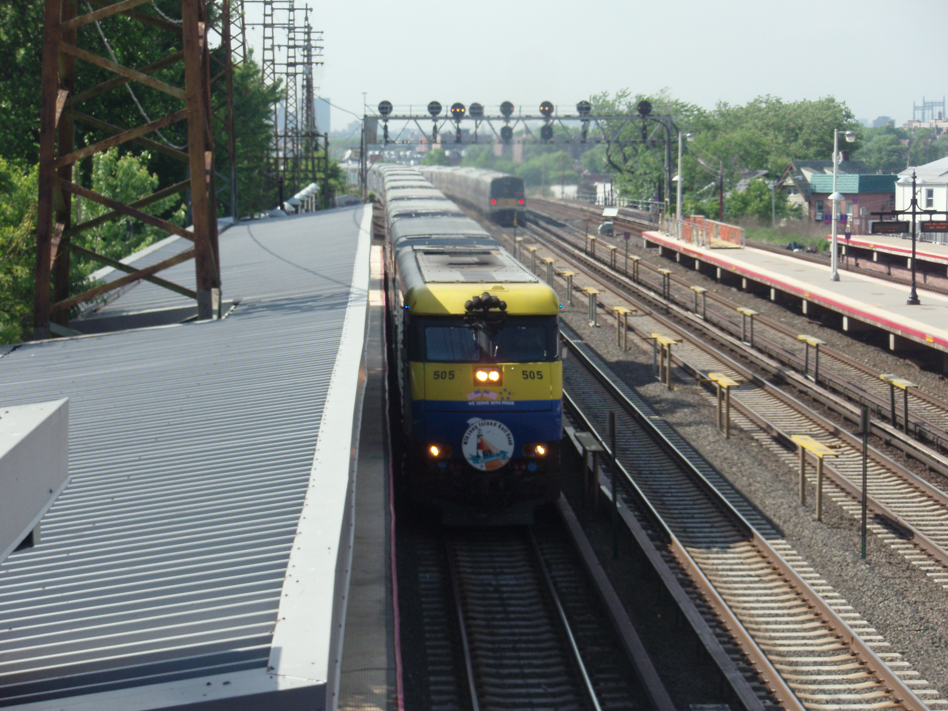file:lirr dm30ac 505 with cannonball sign at woodside