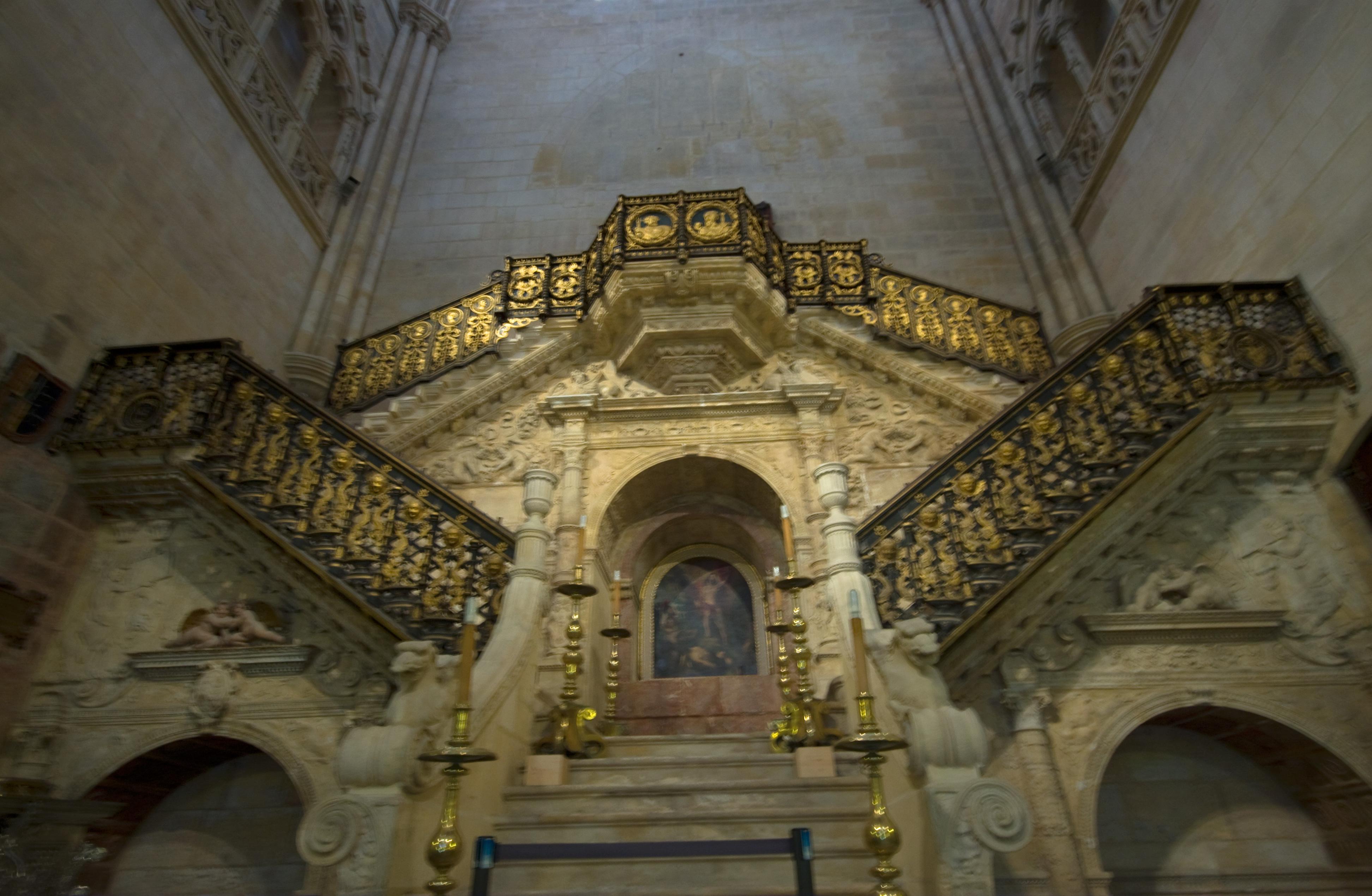 File:La escalera dorada de la catedral de Burgos ...