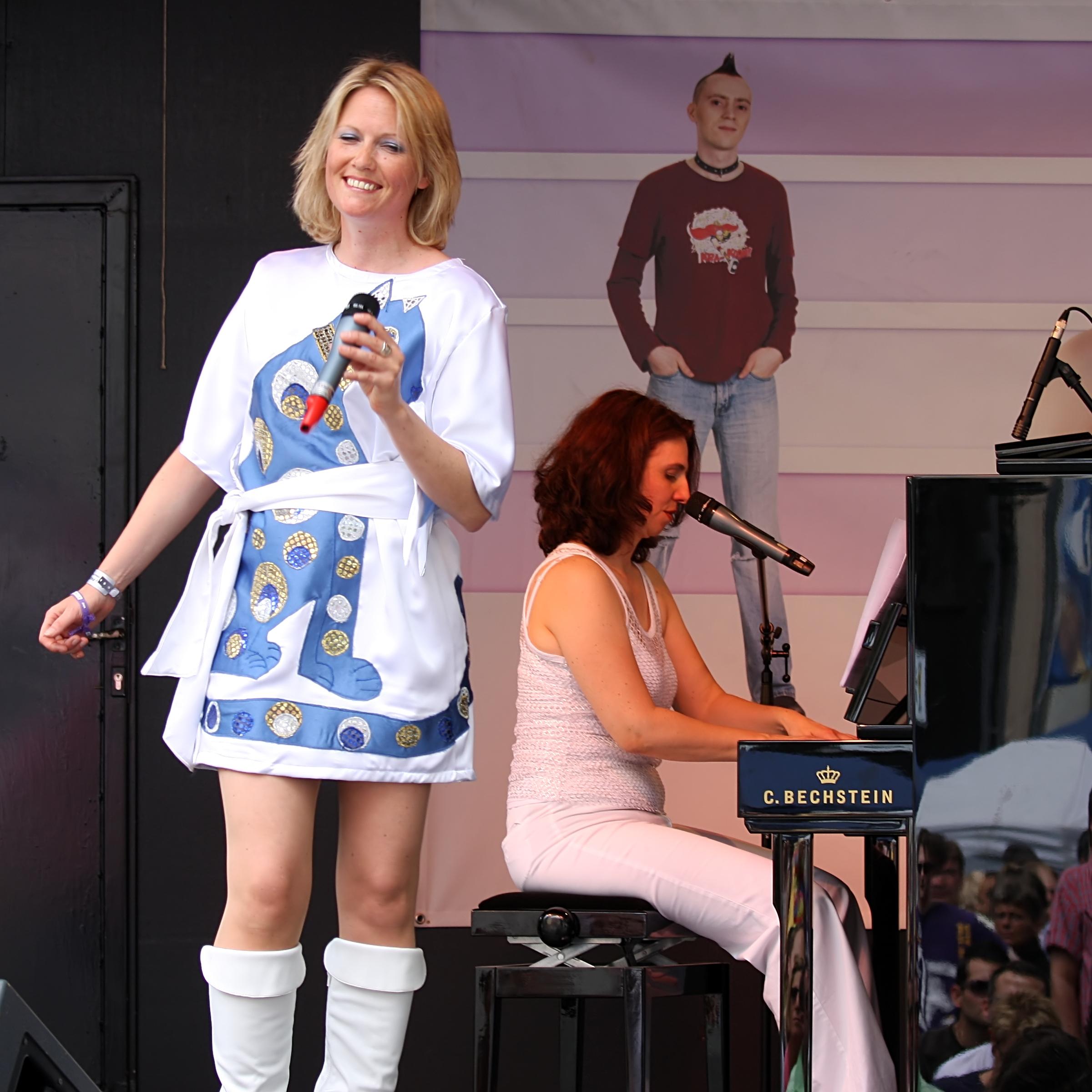 File:Meike Gottschalk als Agnetha - ColognePride 2009 (2398).jpg