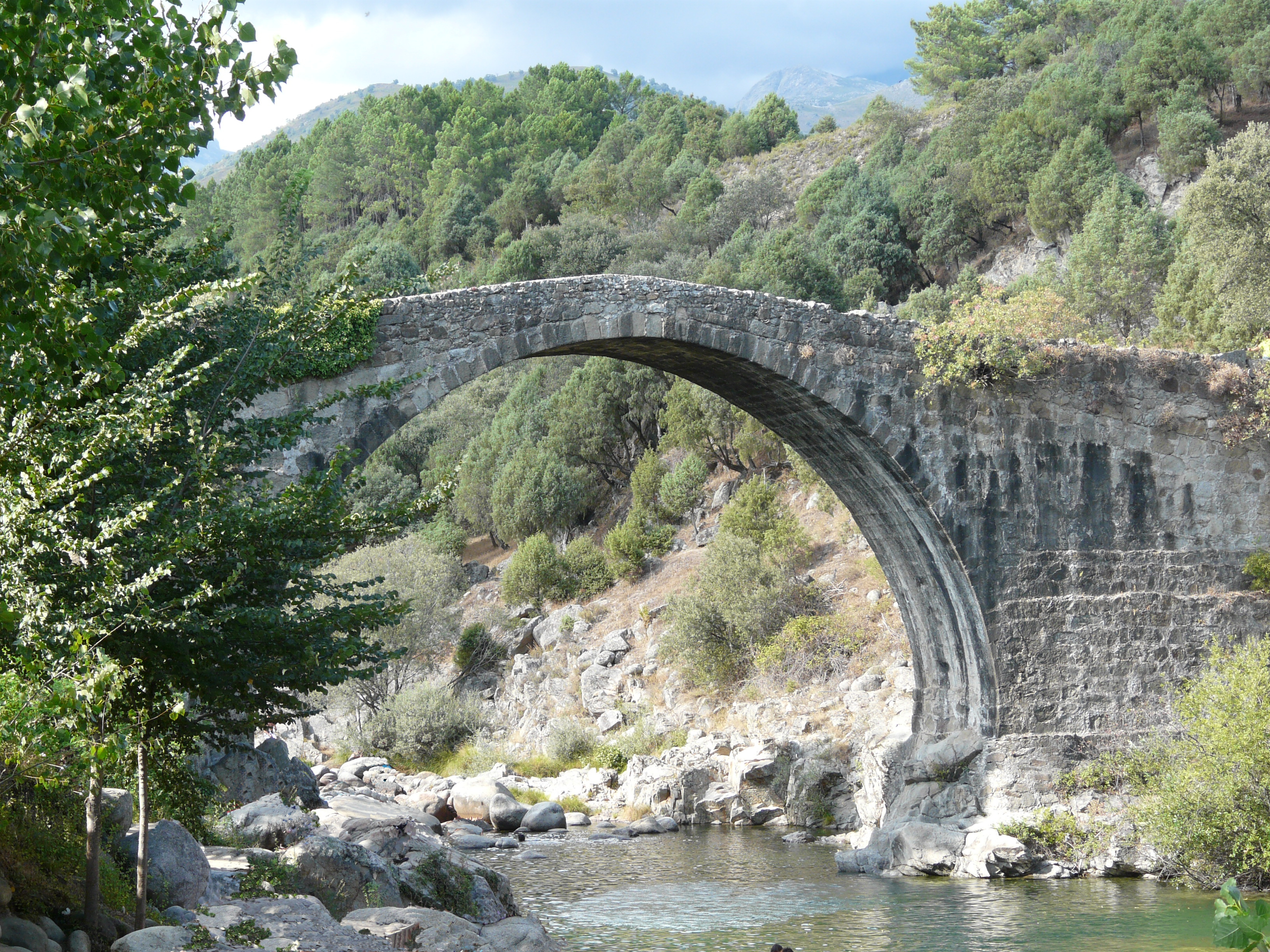 File ponte romano wikimedia commons for Piscinas naturales jarandilla de la vera