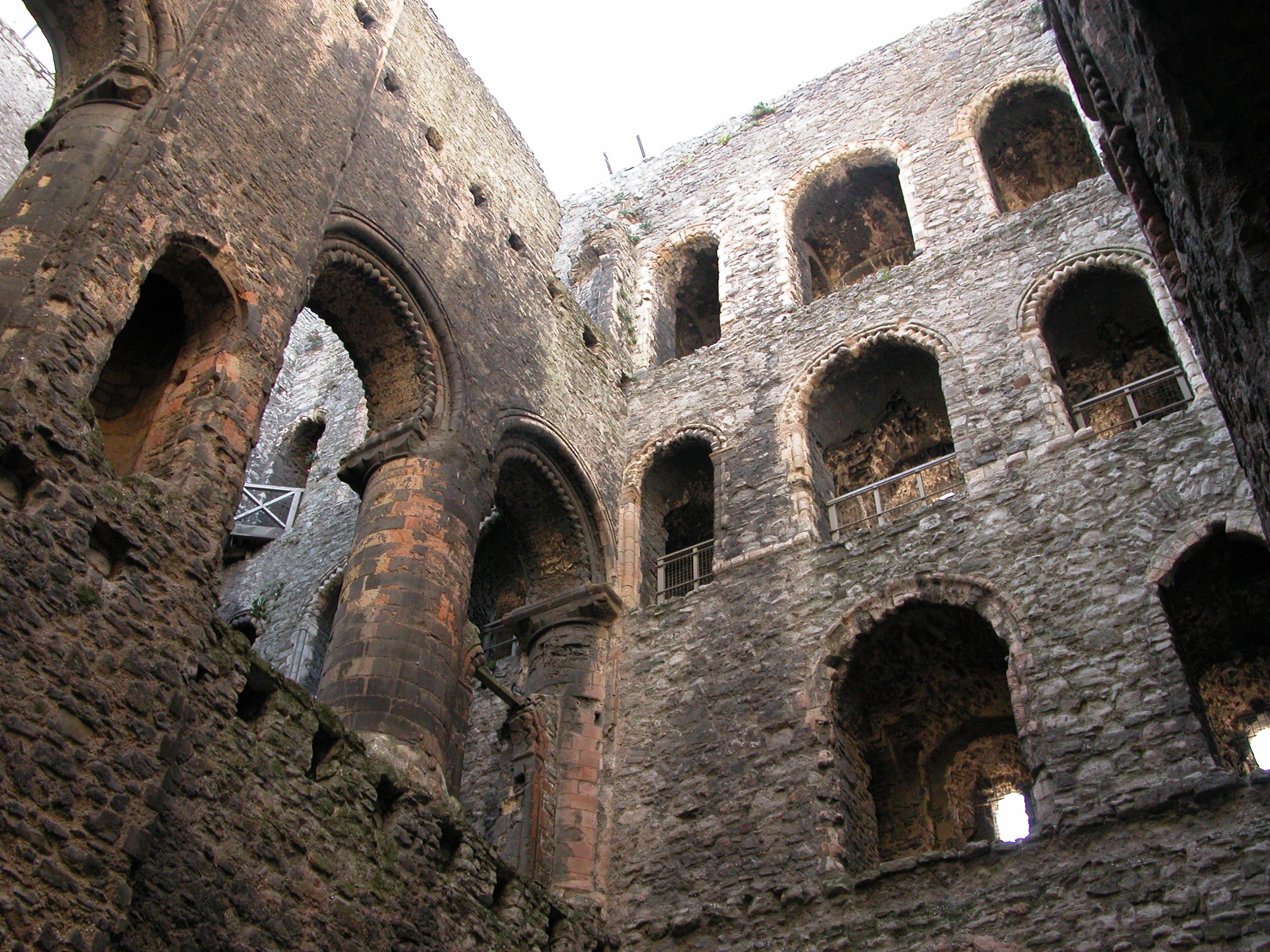 file:rochester castle interior - wikimedia commons