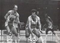 Sacchetti in azione, contrastato da Mike Sylvester a sinistra, e con a destra il compagno di squadra, nella Ciao Crem Varese, Corny Thompson.