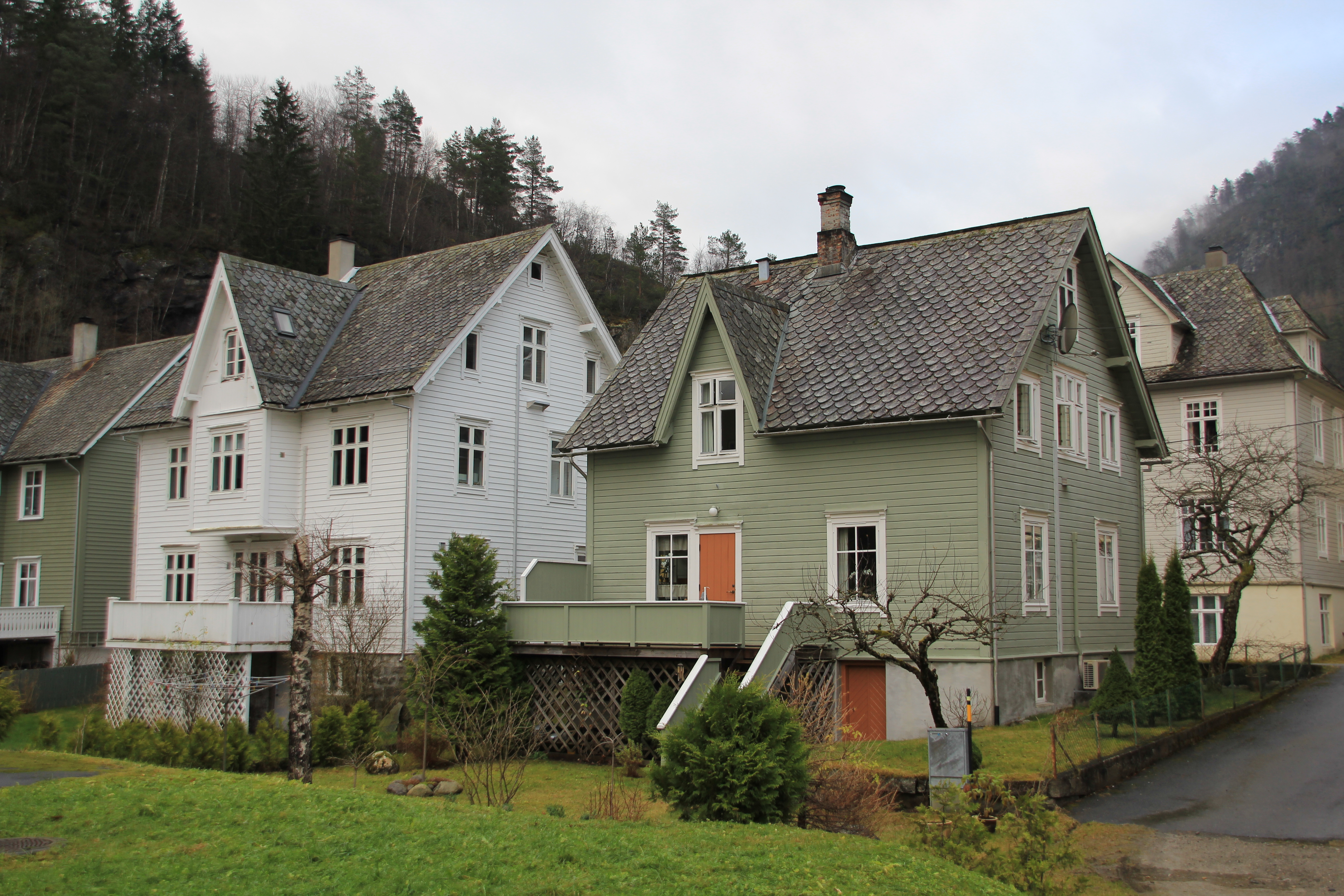 File traditional norwegian houses at for Photos of traditional houses