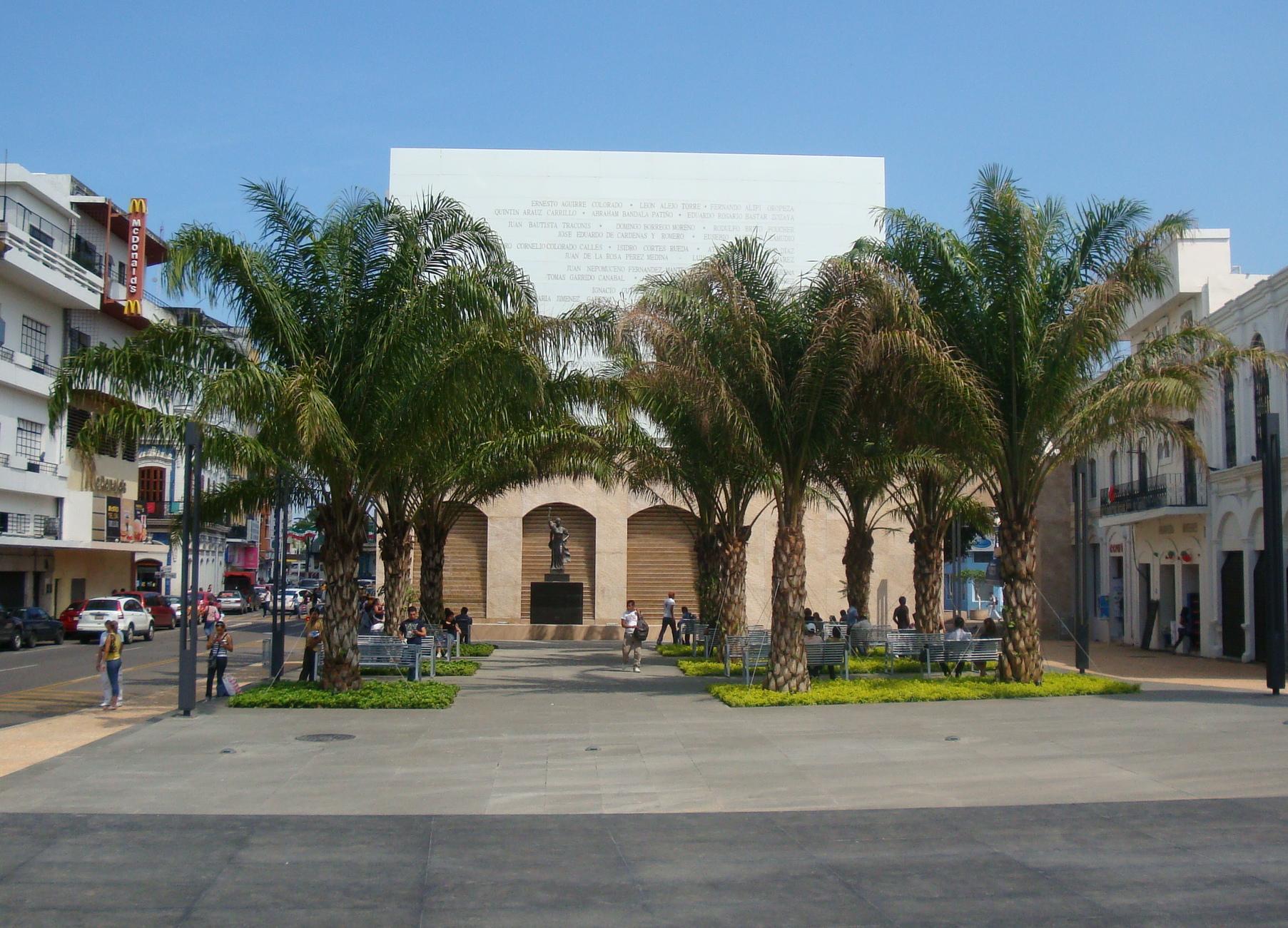 File villahermosa plaza de la wikimedia for Casa de los azulejos villahermosa