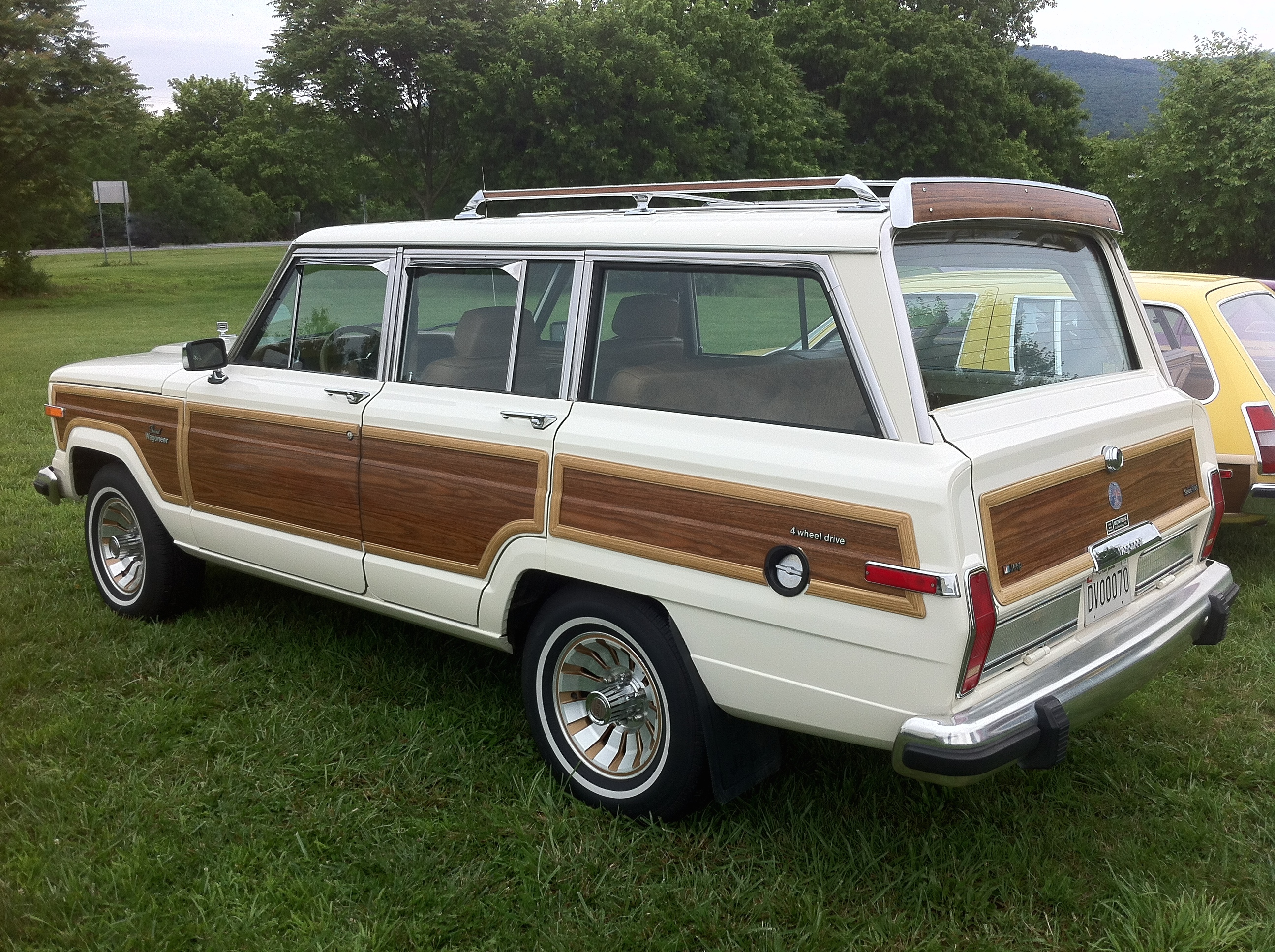File:1986 Jeep Grand Wagoneer White F Mason Dixon Dragway 2014