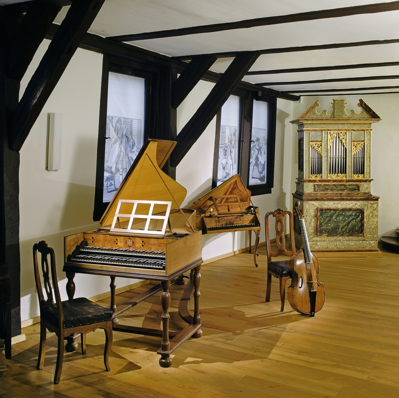 https://upload.wikimedia.org/wikipedia/commons/f/fd/7a_Bachhaus_Eisenach_Instrumentensaal.jpg