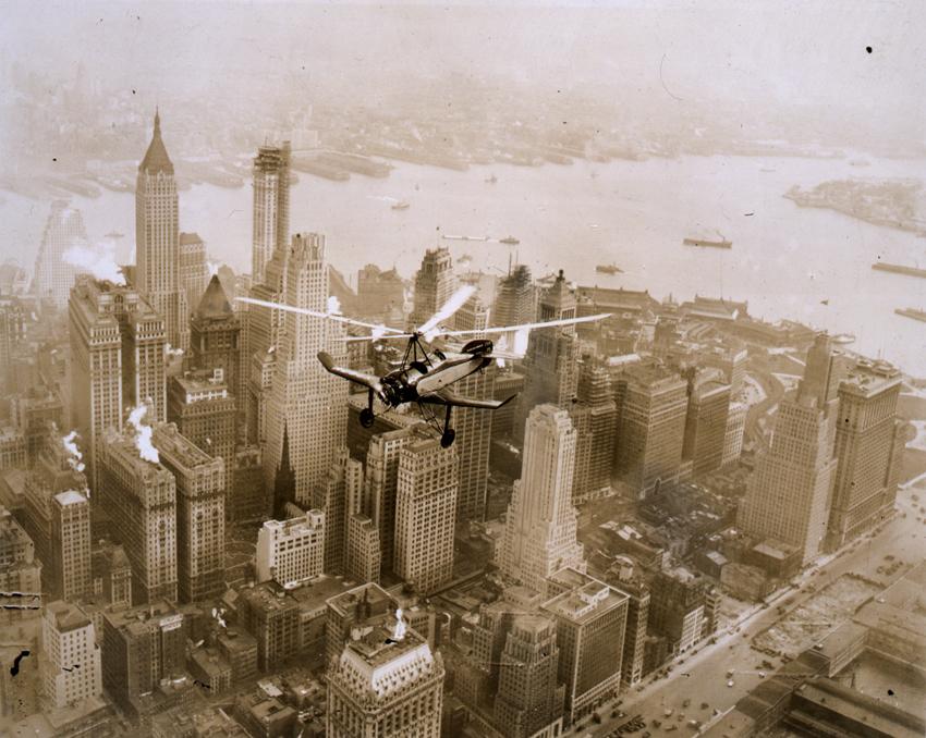 Autogiro Pitcairn (construido en los Estados Unidos bajo licencia de Juan de la Cierva) sobrevolando Manhattan, en Nueva York.