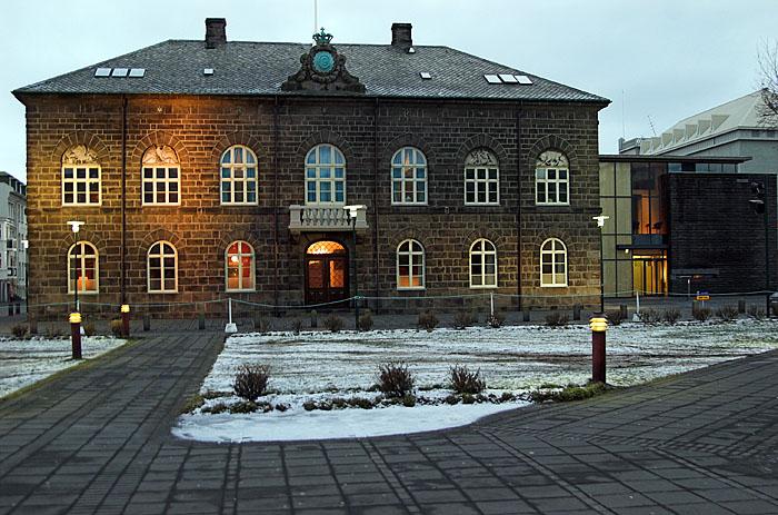 bygging þar sem Alþingi Íslendinga situr, síðan 1881 (Íslenska); Parliament Building in Reykjavík, Iceland (English)