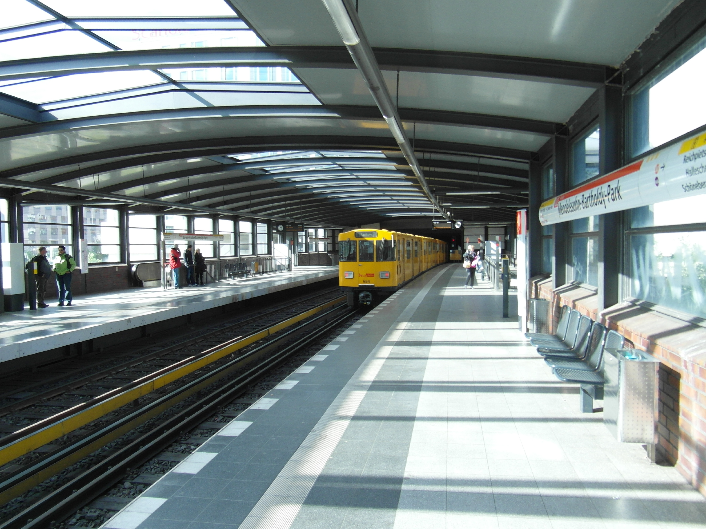 IngolfBLN, Berlin - U-Bahnhof Mendelssohn-Bartholdy-Park - Linie U2 (7184402502), CC BY-SA 2.0