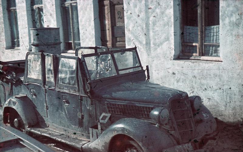 File:Bundesarchiv N 1603 Bild-071, Partisanenüberfall, durchschossene Autoscheibe.jpg