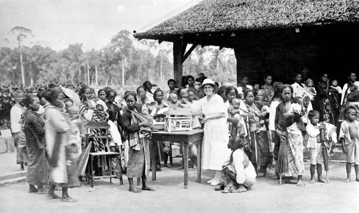 filecollectie tropenmuseum babyverzorging voor de koelies