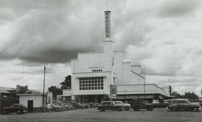 File:COLLECTIE TROPENMUSEUM De Menteng Bioscoop in Djakarta TMnr 60054768.jpg