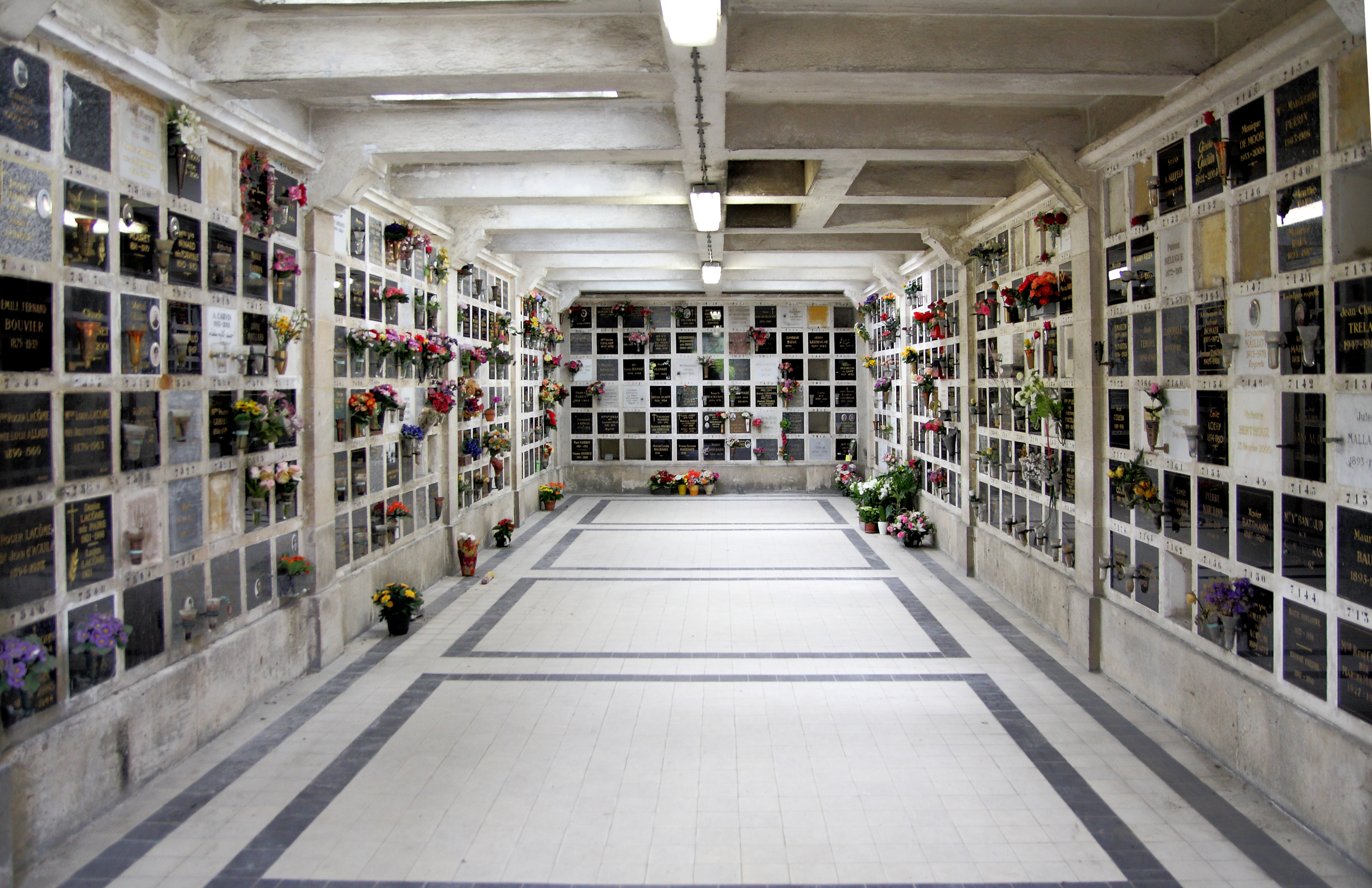 File:Columbarium of Pere Lachaise 03.jpg - Wikimedia Commons