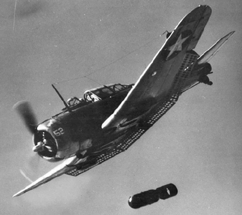 Douglas_SBD_Dauntless_dropping_a_bomb%2C_circa_in_1942.jpg