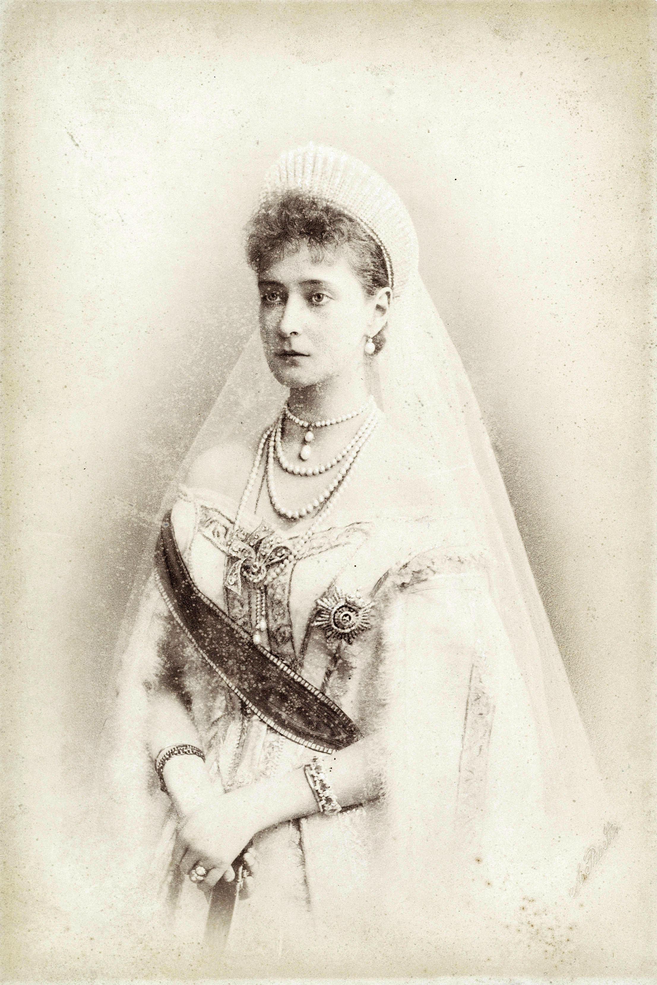 File:Empress Alexandra Feodorovna in her wedding dress.jpg ... Alexandra Romanov Wedding Dress