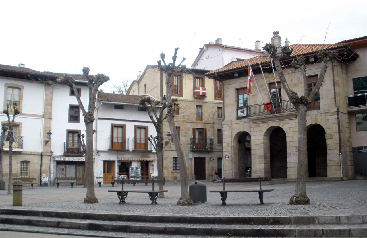 File:Escoriaza - Plaza Fernando Eskoriatza y Ayuntamiento 02.JPG ...