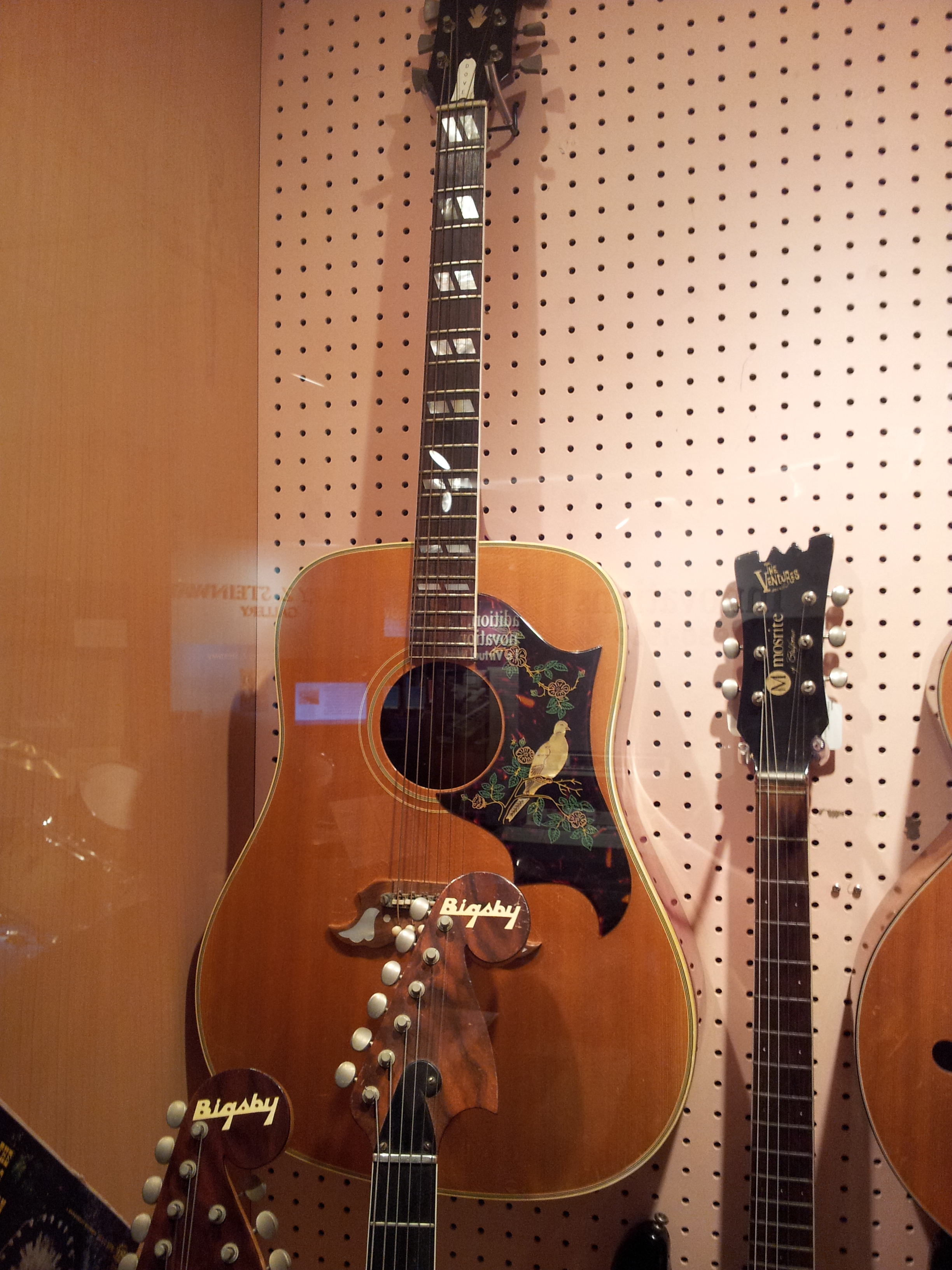 """Guitarra acústica Gibson Dove idéntica a la que Spinetta usó en Almendra. """"Le regalé a 'Pappo' mi guitarra 'Dow' (sic)... con la que compuse las canciones más hermosas que hice para Almendra... Fue como decirle: mirá, tomá, no te desprendas jamás de esto""""."""