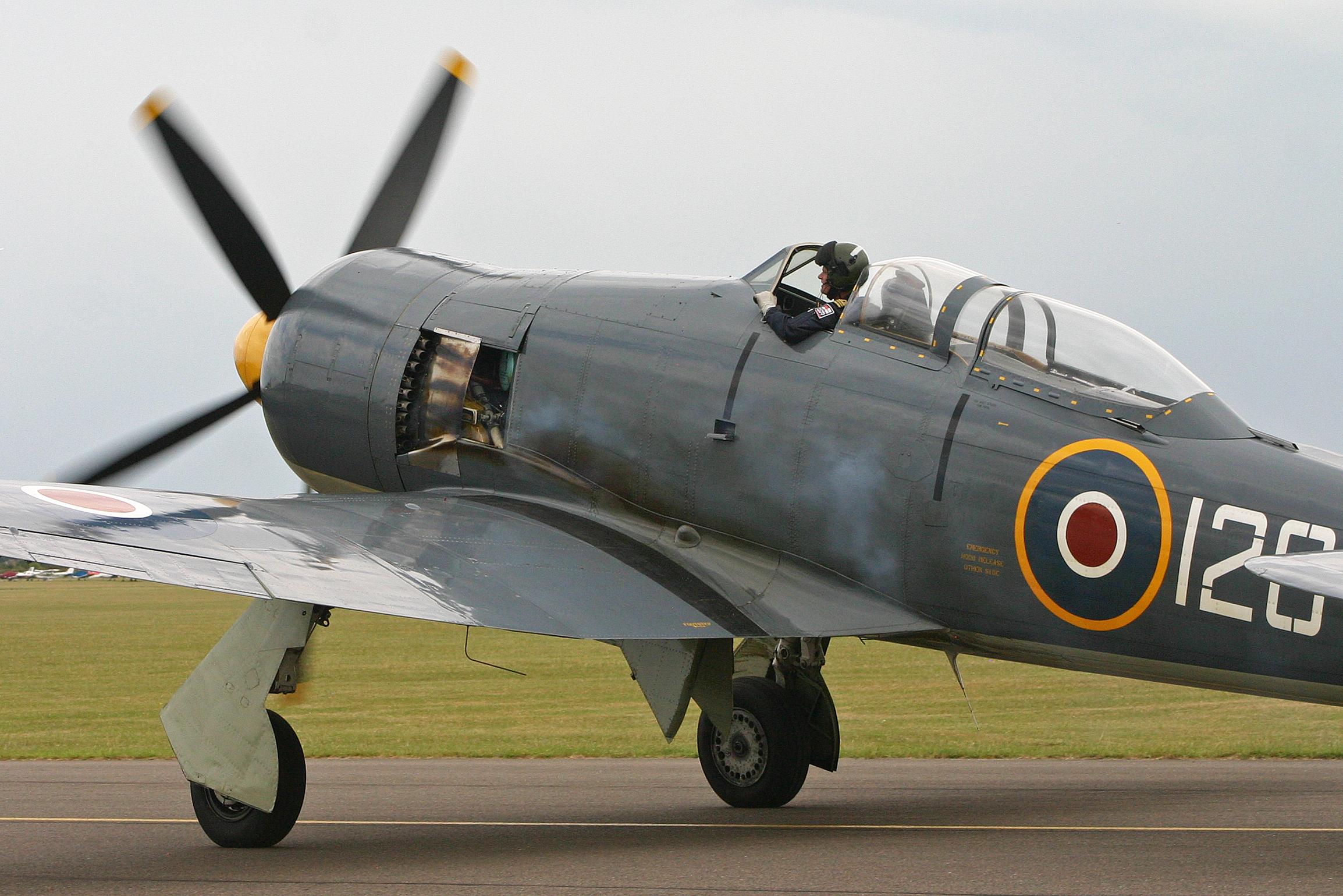 Hawker_Sea_Fury_T20_VX281_120-VL_(G-RNHF