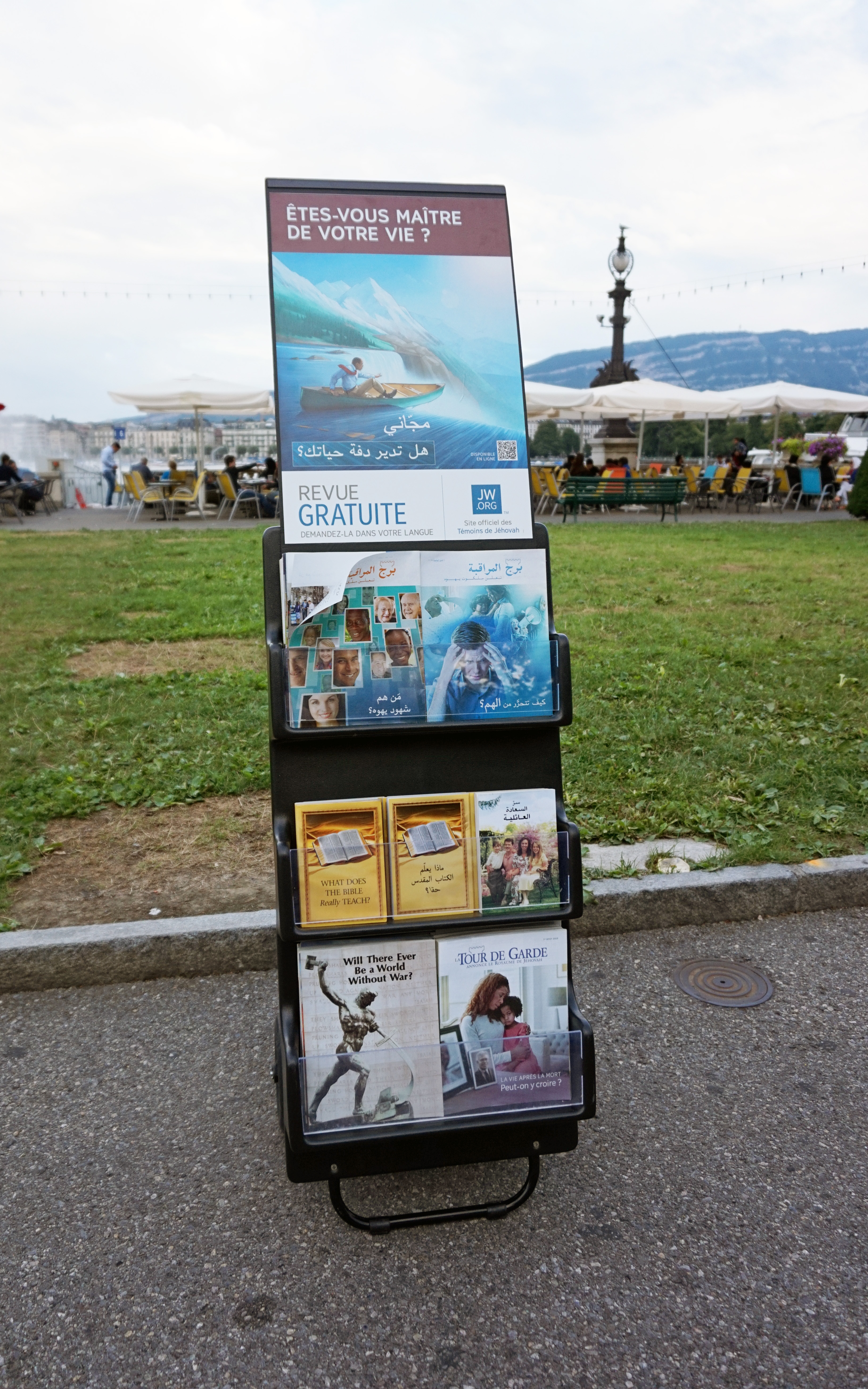 File:Jehovah\'s Witnesses literature.jpg - Wikimedia Commons