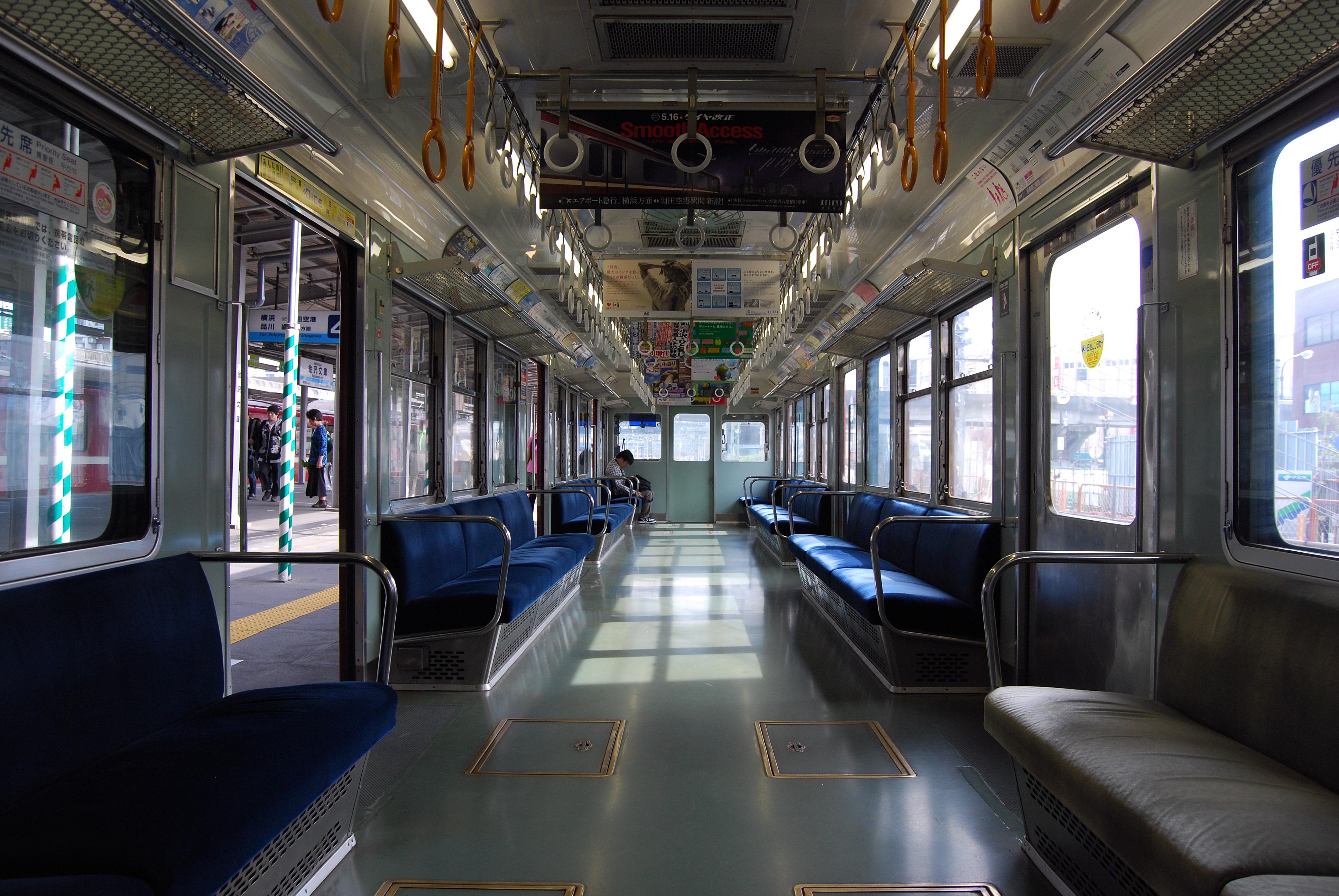 https://upload.wikimedia.org/wikipedia/commons/f/fd/Keikyu_1000kei_syanai.JPG
