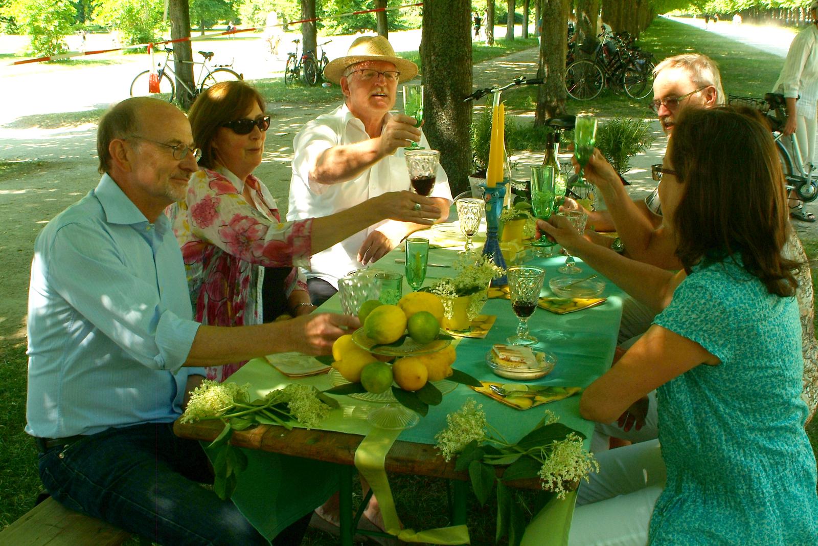 File Lasst Uns Nochmal Anstossen Am Turkis Grun Gelben Tisch Jpg