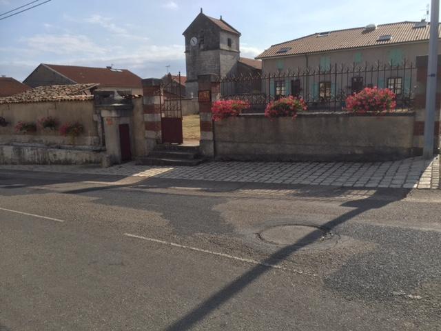 L'église, le lavoir et la fontaine du centre village de Frémeréville-sous-les-Côtes