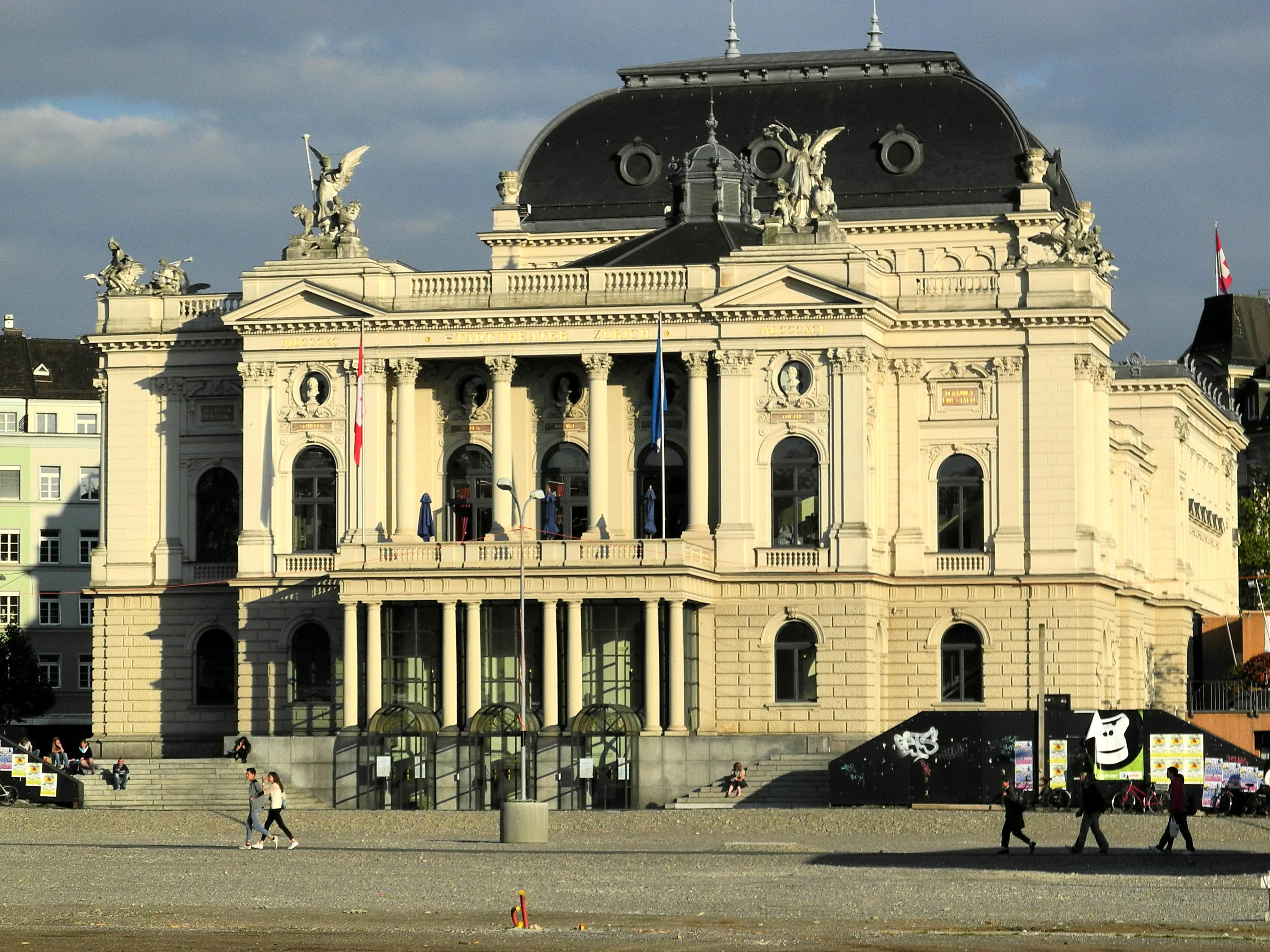 http://upload.wikimedia.org/wikipedia/commons/f/fd/Opernhaus_-_Sechsel%C3%A4utenplatz_2012-06-05_19-37-36_%28P7000%29.JPG