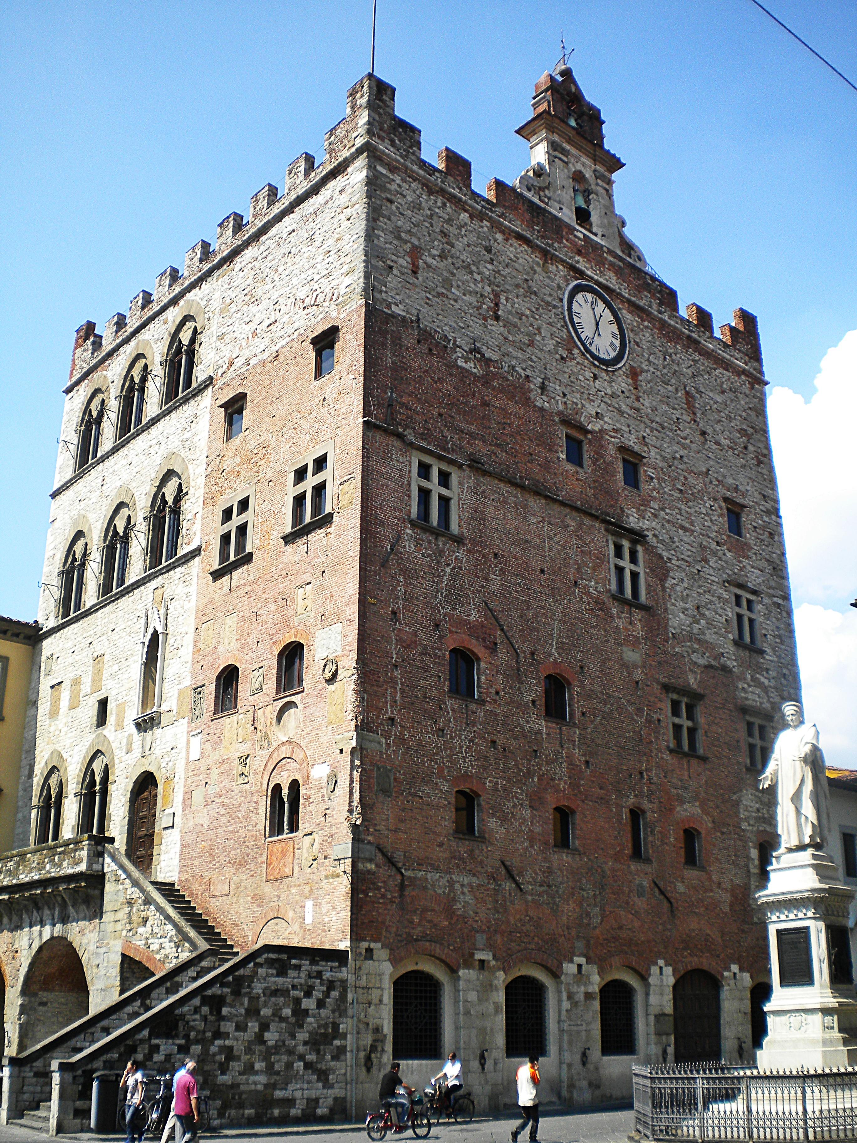 Palazzo Pretorio 01.jpg