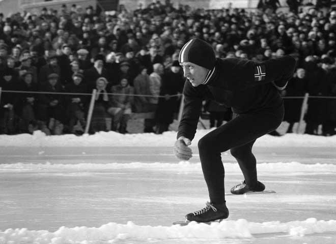 Bilde av skøyteløperen Reidar Liaklev, med publikum i bakgrunnen, tatt under EM på Hamar i 1948.