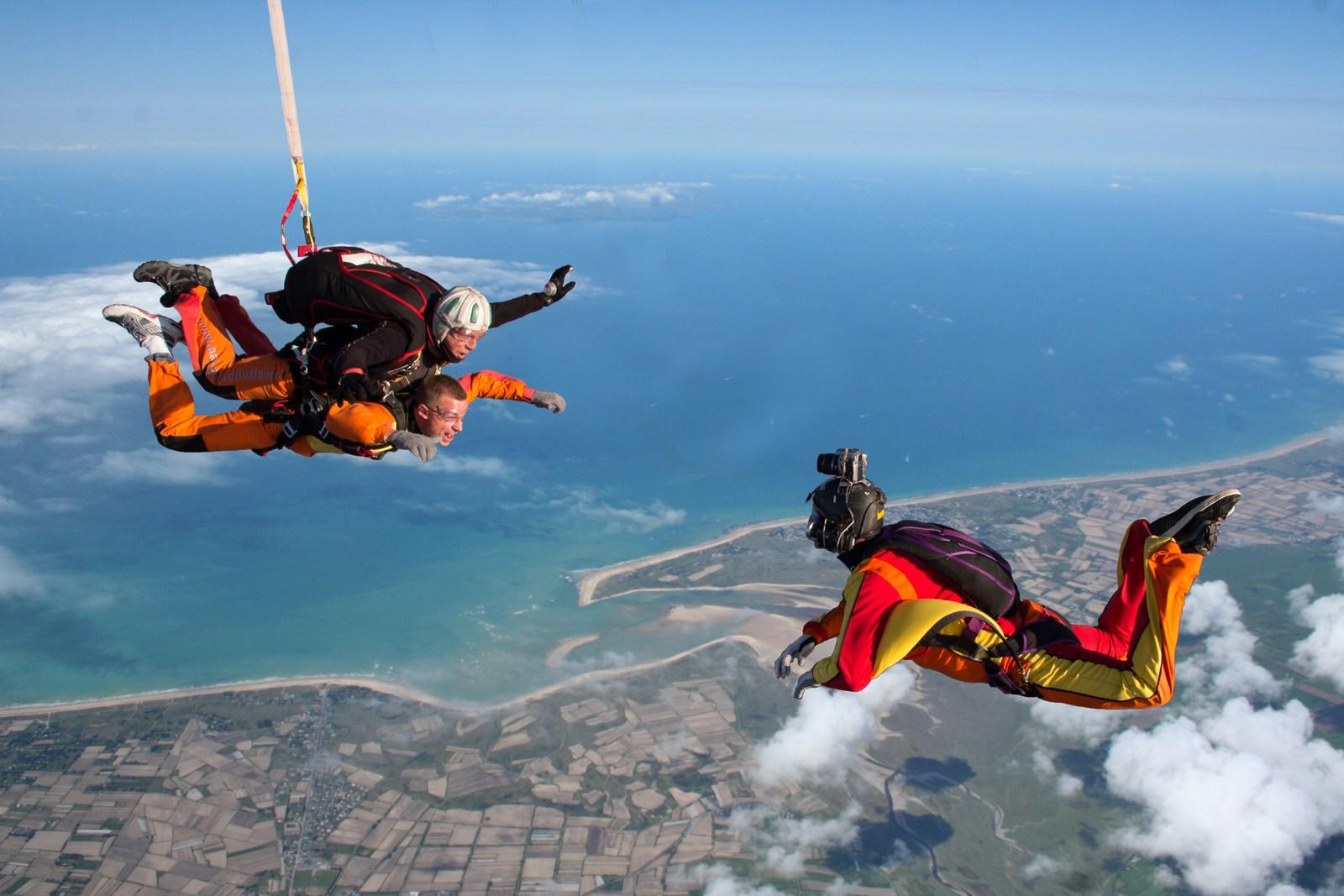 Super File:Saut en parachute proche Mont Saint-Michel.jpg - Wikimedia  DK48