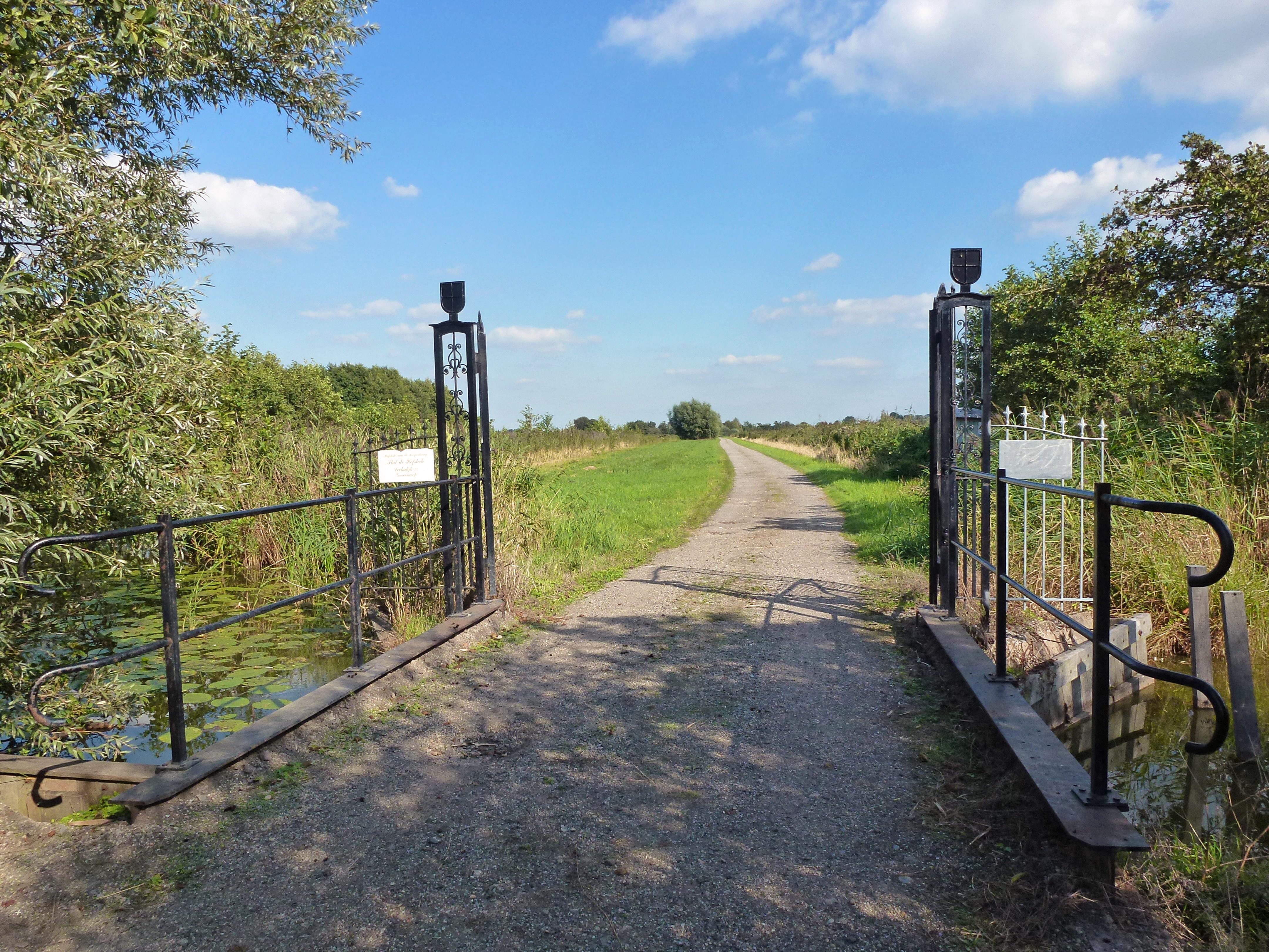 File:Spijlenhek met toegangsweg. Lecksdijk 22. Reeuwijk. Zuid-Holland.jpg