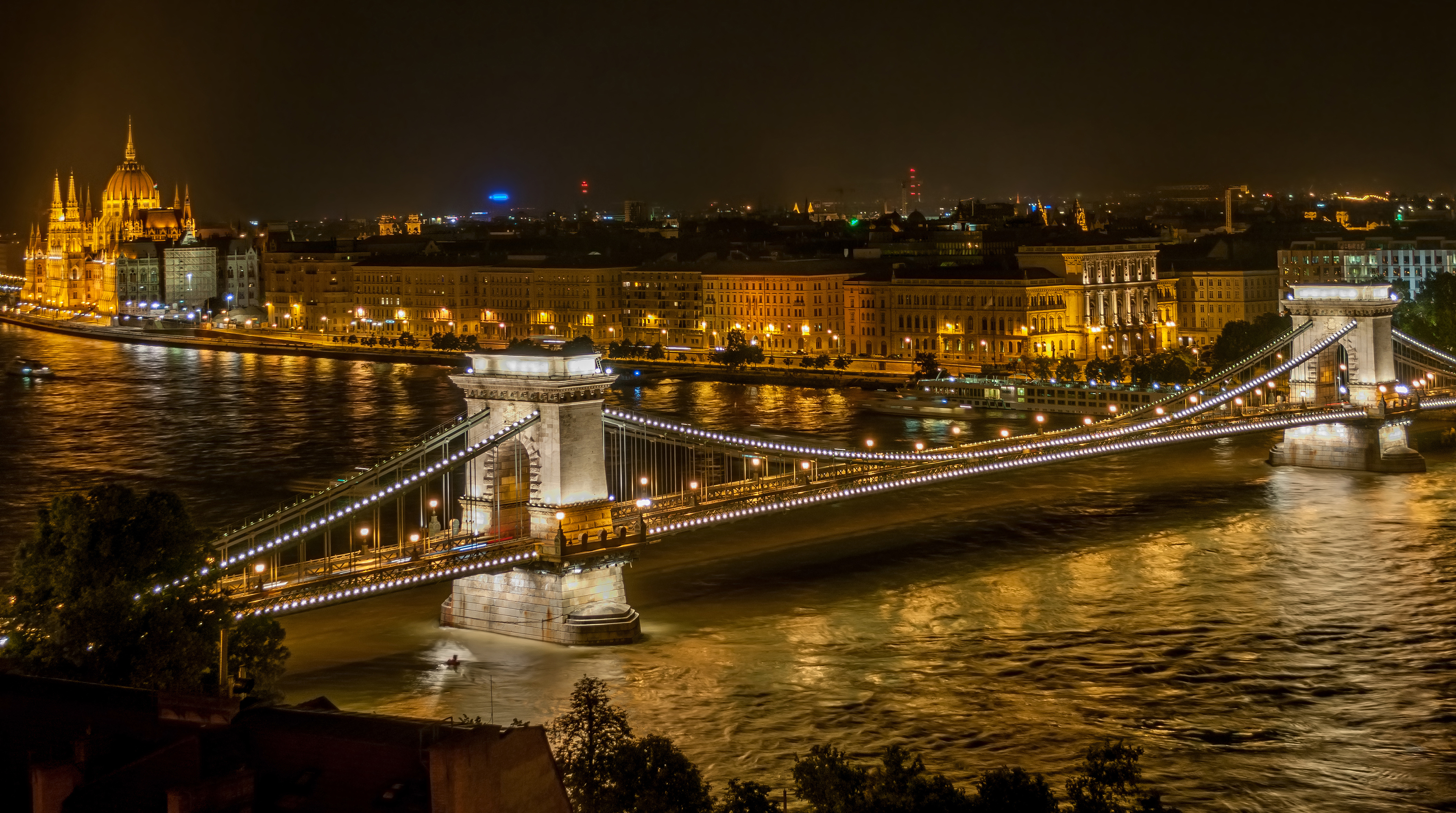 http://upload.wikimedia.org/wikipedia/commons/f/fd/Sz%C3%A9chenyi_Chain_Bridge_in_Budapest_at_night.jpg