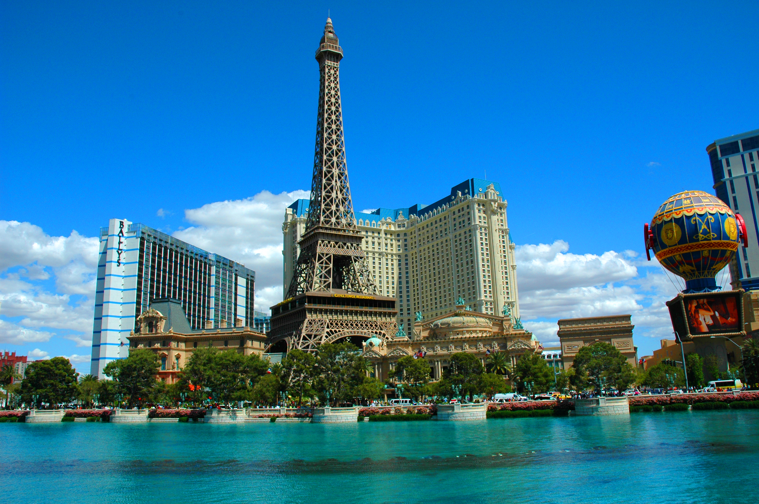 File torre eiffel las vegas jpg wikimedia commons for Piscine exterieur paris