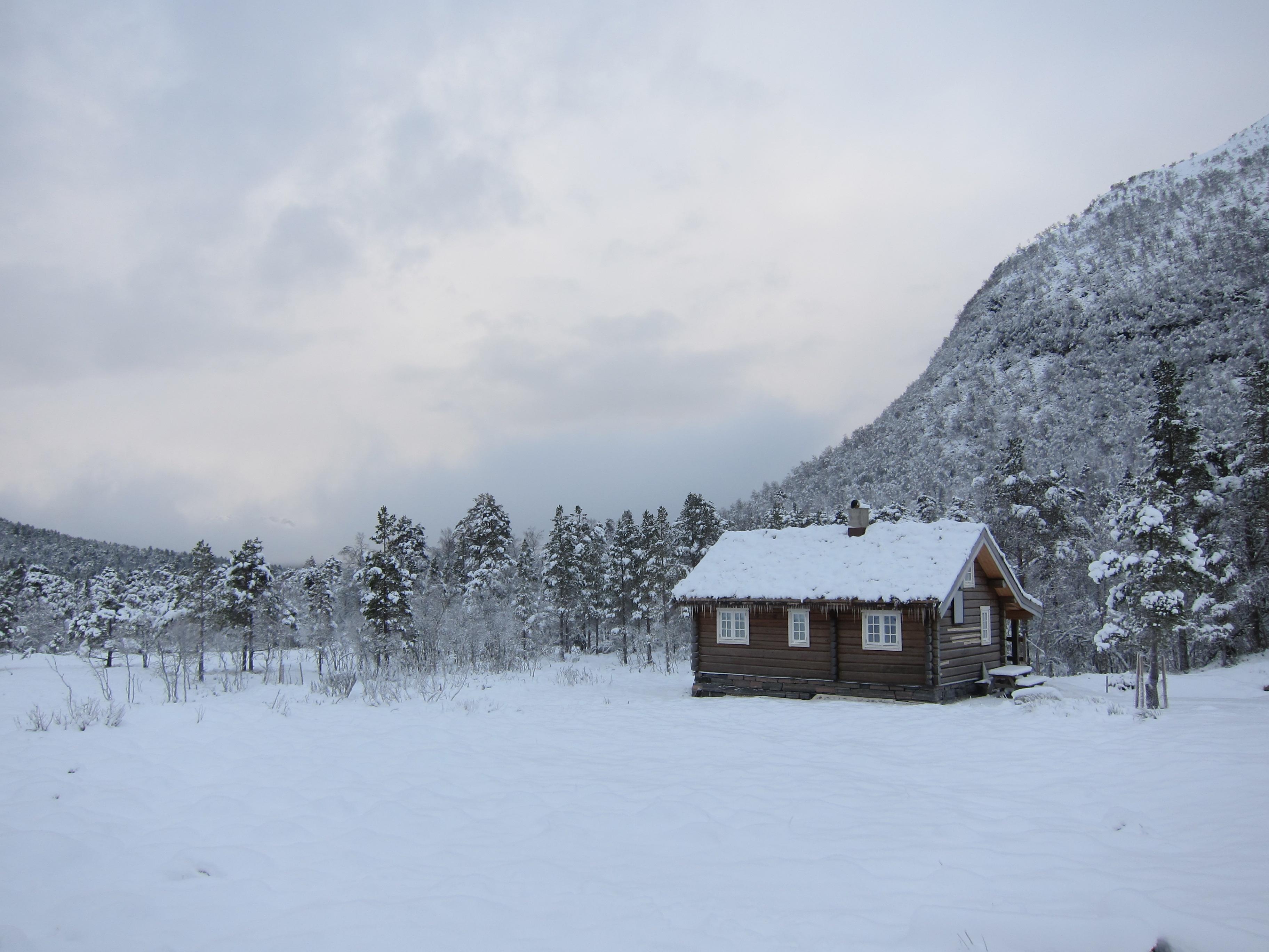 File:Traditional norwegian wood cabin (hytte) in Rekdalsetra with snow - Rekdal, Vestnes, Norway 2017-12-29.jpg