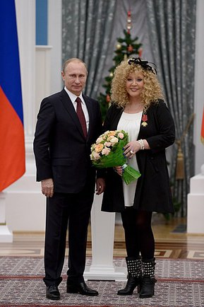 "President Vladimir Putin awards the 4th Degree Order ""For Merit to the Fatherland"">> to Pugacheva, December 22, 2014 Tseremoniia vrucheniia gosudarstvennykh nagrad Rossiiskoi Federatsii 22 dekabria 2014 goda 04.jpeg"