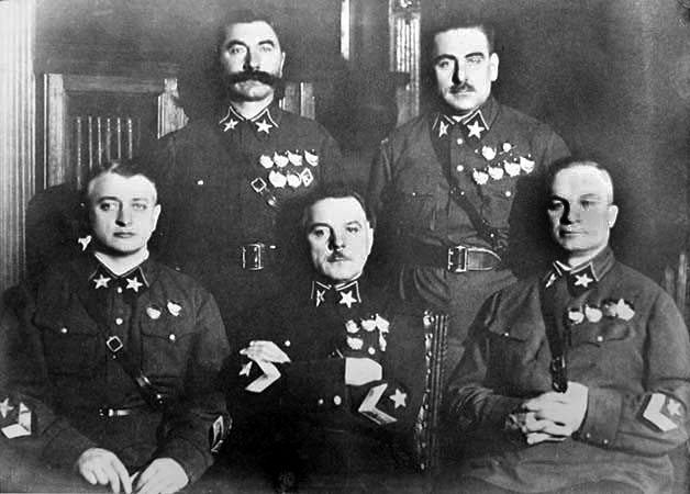 Первые пять маршалов Советского Союза (слева направо) сидят: Тухачевский (расстрелян), Ворошилов, Егоров (расстрелян); стоят: Будённый и Блюхер (арестован, умер в Лефортовской тюрьме от пыток)