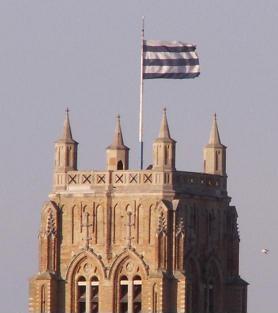 alt=Le drapeau de ville de Dunkerque:  «fascé de 6 pièces d'argent et d'azur»(six bandes horizontales alternativement blanches et bleues).
