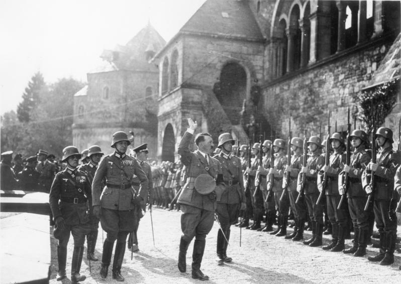 Archivo:Bundesarchiv Bild 183-1987-0313-503, Goslar, Hitler schreitet Ehrenkompanie ab.jpg