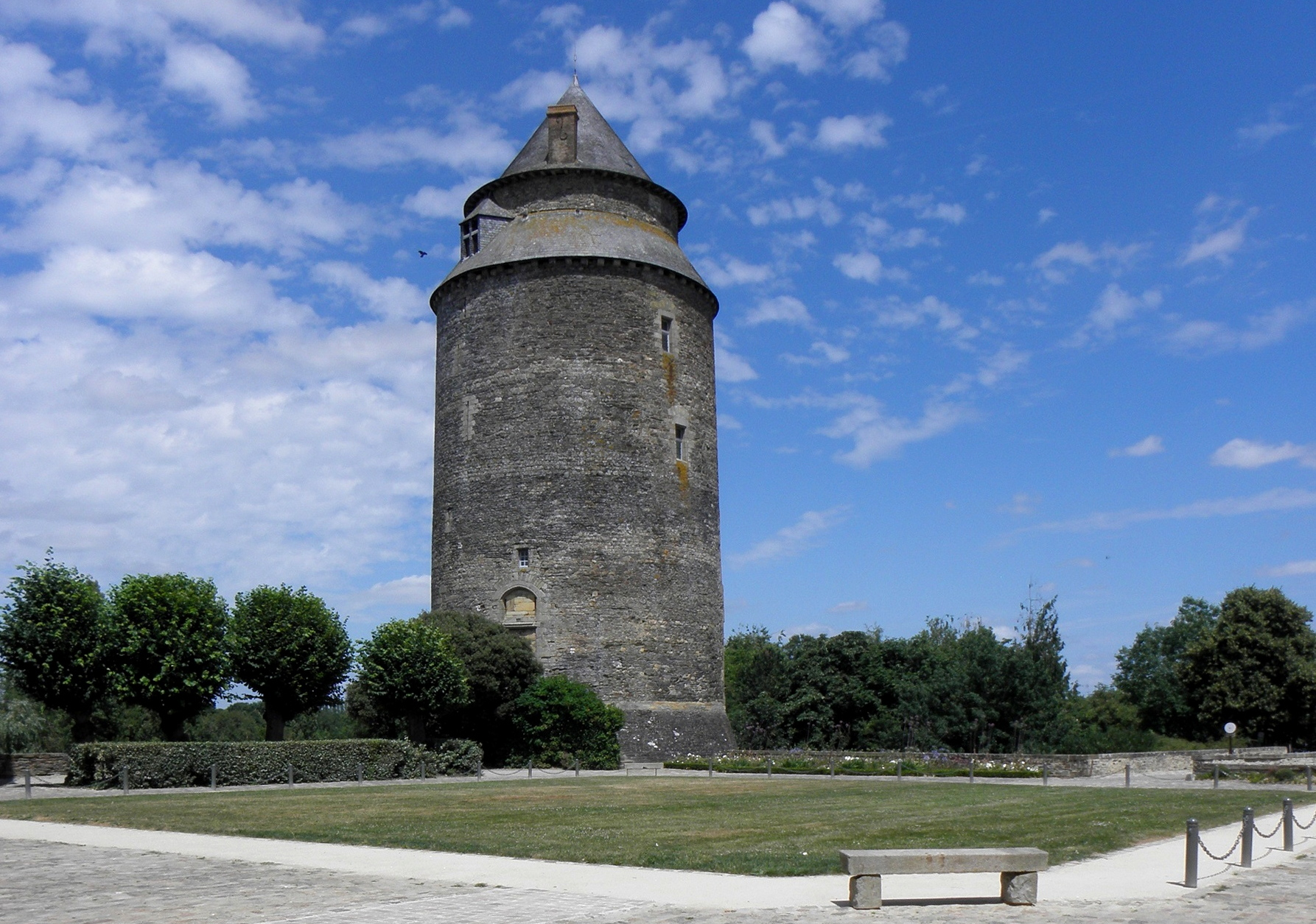 File ch teaugiron 35 ch teau donjon jpg wikimedia commons for Kermarrec chateaugiron 35