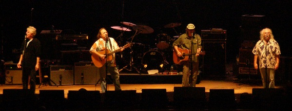 Crosby, Stills, Nash & Young en directo en el PNC Arts Center, en agosto de 2006.