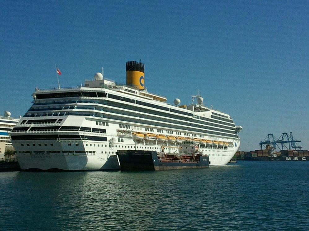 File foto del crucero costa magica en el muelle de santa for Costa magica wikipedia
