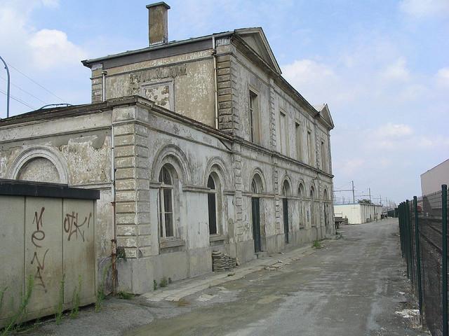 L'ancien bâtiment voyageurs de la gare de Forest-Midi en 2004.