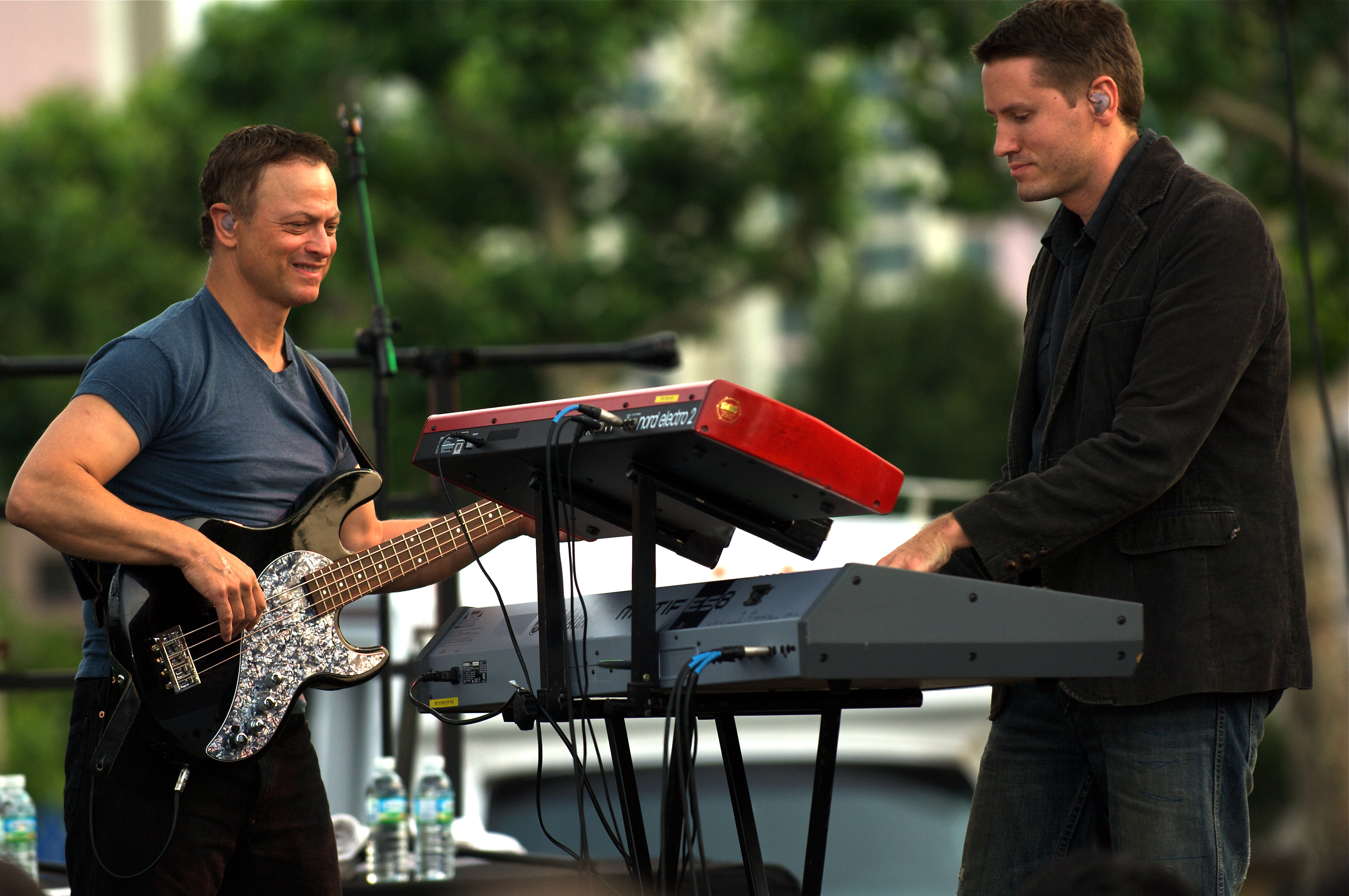 File:Gary Sinise and the Lt. Dan Band perform.jpg ...