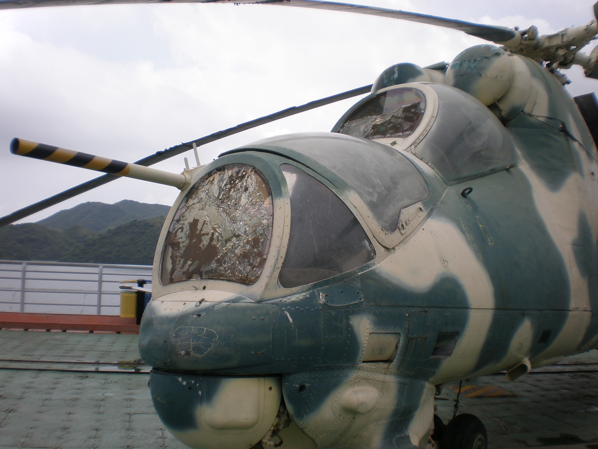 File green mil mi 24 hind cockpit front mw jpg wikimedia commons